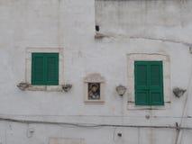 Groene blinden van een wit gewassen huis in Ostuni, Puglia, Zuidelijk Italië royalty-vrije stock fotografie