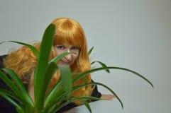 Groene bloem met sexy roodharig meisje - Halloween royalty-vrije stock afbeeldingen