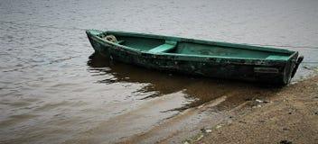 Groene boot in het water stock foto's