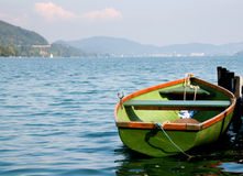 Groene boot op water met bergen op achtergrond Royalty-vrije Stock Foto