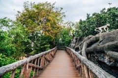 Groene bos en houten brug bij Dusit-Dierentuin in Bangkok, Thailand royalty-vrije stock foto's