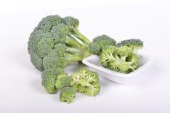 Groene broccoli die op witte achtergrond liggen Stock Afbeeldingen