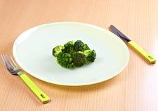 Groene broccoli in groene schotel royalty-vrije stock foto