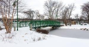 Groene brug over bevroren stroom met verse witte sneeuw Royalty-vrije Stock Fotografie