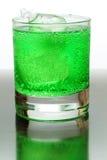 Groene bruisende drank met ijsblokjes. royalty-vrije stock foto's
