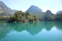 Groene canion Water van de groene bergen stock fotografie