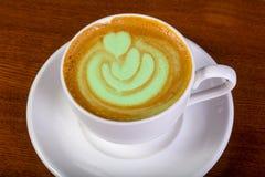 Groene cappuccino met room Stock Afbeeldingen