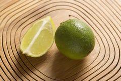 Groene citroen op houten achtergrond Stock Afbeeldingen