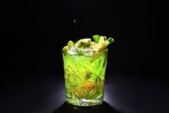Groene cocktail zoals mojito op donkere achtergrond Royalty-vrije Stock Afbeeldingen