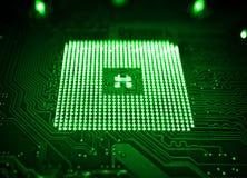 Groene computermotherboard en bewerkergroef met onduidelijk beeldeffect hoog tegenover elkaar gestelde macro Stock Afbeeldingen