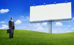 Groene Concepten Bedrijfsmens en een Leeg Aanplakbord Royalty-vrije Stock Foto's