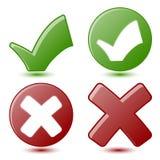 Groene Controleteken en Rood Kruissymbolen Stock Foto's