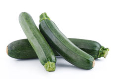 Groene courgette op witte achtergrond stock foto's