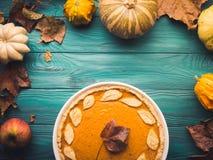 Groene de herfstachtergrond met pompoenpastei Royalty-vrije Stock Foto's