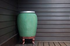 Groene de kruikhand van het kunst grote water - gemaakt op muur houten achtergrond ceramisch stock foto