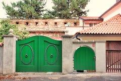 Groene de Poortdeur van de Tuin Woon het Huismuur van de Rustieke Ingang Royalty-vrije Stock Fotografie