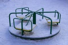 Groene de rotonde van sneeuwkinderen royalty-vrije stock fotografie