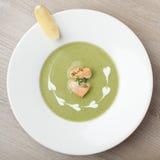 Groene de soeppuree van de broccoliroom met gefileerde zalm en citroen Stock Foto's