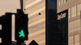 Groene de voetgangerslichten van Berlin Potsdam Square met Sony Center stock foto