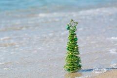 Groene decoratieve Kerstboom die in het zand glanzen Royalty-vrije Stock Fotografie