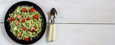 Groene deegwaren met tomaten en parmezaanse kaaskaas Hoogste mening stock fotografie