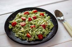 Groene deegwaren met tomaten en parmezaanse kaaskaas Hoogste mening royalty-vrije stock afbeelding