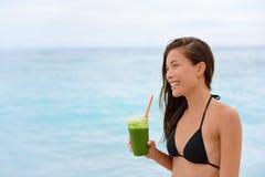 Groene detox smoothie - vrouw het drinken groenten Stock Afbeeldingen