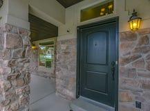 Groene deur en weerspiegelend venster van een huis in Utah stock foto's