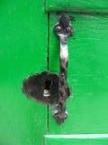 Groene deur met deurknop Stock Foto's