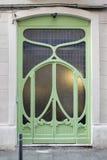 Groene deur met een Romantische bloem zoals Modernist decoratie in Gracia, Barcelona, Spanje Royalty-vrije Stock Foto's