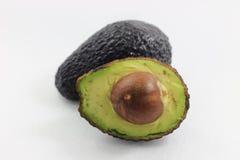 Groene die avocado's op de witte achtergrond worden geïsoleerd Stock Afbeelding