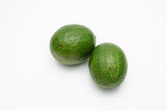 Groene die avocado's op een wit worden geïsoleerd Royalty-vrije Stock Afbeeldingen