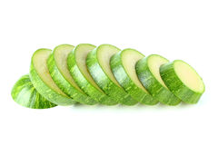 Groene die courgette in ronde geïsoleerde plakken wordt gesneden Royalty-vrije Stock Foto's