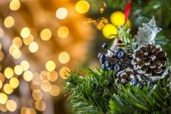 Groene die Kerstboom met Kerstmisspeelgoed wordt verfraaid en een slinger met gele lichten Royalty-vrije Stock Foto's