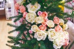 Groene die Kerstboom met witte en roze rozen wordt verfraaid Stock Foto