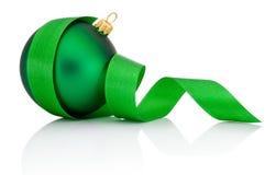 Groene die Kerstmisbal met gekruld Geïsoleerd lint wordt behandeld Royalty-vrije Stock Afbeeldingen