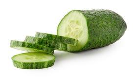 Groene die komkommer in cirkels wordt gesneden Stock Afbeeldingen