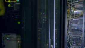 Groene die lichten door de deuren van netwerkkabinetten worden gezien stock videobeelden