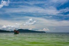 Groene die Longtail-boot in Saracene Baai in Koh Ron Samloem, Kambodja wordt vastgelegd royalty-vrije stock foto