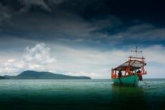 Groene die Longtail-boot in Saracene Baai in Koh Ron Samloem, Kambodja wordt vastgelegd stock foto