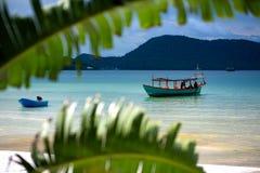 Groene die Longtail-boot in Saracene Baai in Koh Ron Samloem, Kambodja wordt vastgelegd royalty-vrije stock afbeelding
