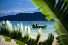 Groene die Longtail-boot in Saracene Baai in Koh Ron Samloem, Kambodja wordt vastgelegd stock afbeeldingen