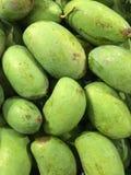 Groene die mango op Thaise supermarktstraat wordt geïsoleerd Stock Foto's