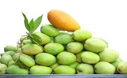Groene die mango's op witte achtergrond worden geïsoleerd stock afbeeldingen
