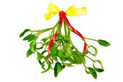 Groene die maretak met lint op witte achtergrond wordt geïsoleerd Kerstmistak en klokken Stock Foto