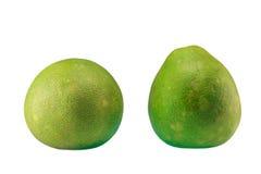 Groene die pompelmoescitrusvruchten op witte achtergrond worden geïsoleerd Stock Afbeeldingen
