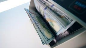 Groene dollars die zich in een munt tellende machine bewegen stock videobeelden