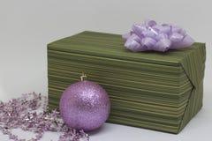 Groene doos met een lilac boog op een lichte achtergrond Royalty-vrije Stock Afbeeldingen