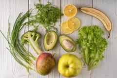 Groene dorp, appelen en avocado's op witte raad Stock Afbeeldingen