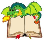 Groene draak die oud boek houdt royalty-vrije illustratie